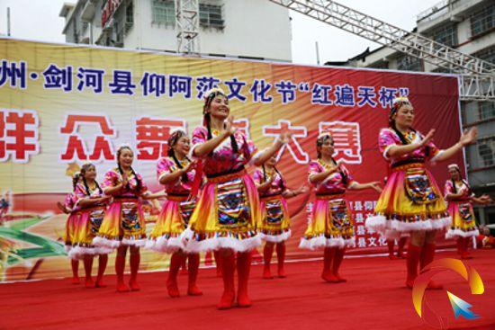场舞大赛_《溜溜的姑娘像朵花》拉开了这场舞艺大赛的帷幕,北侗健身队表演的