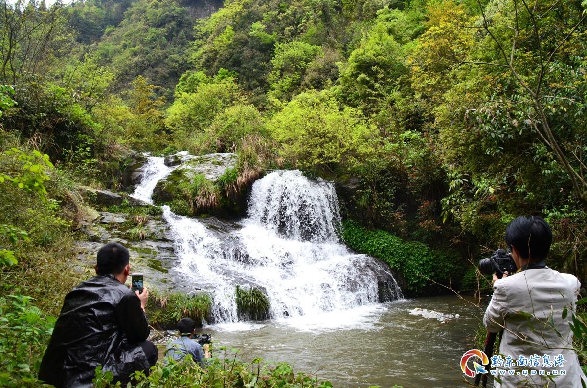灵秀的瀑布吸引了摄影爱好者