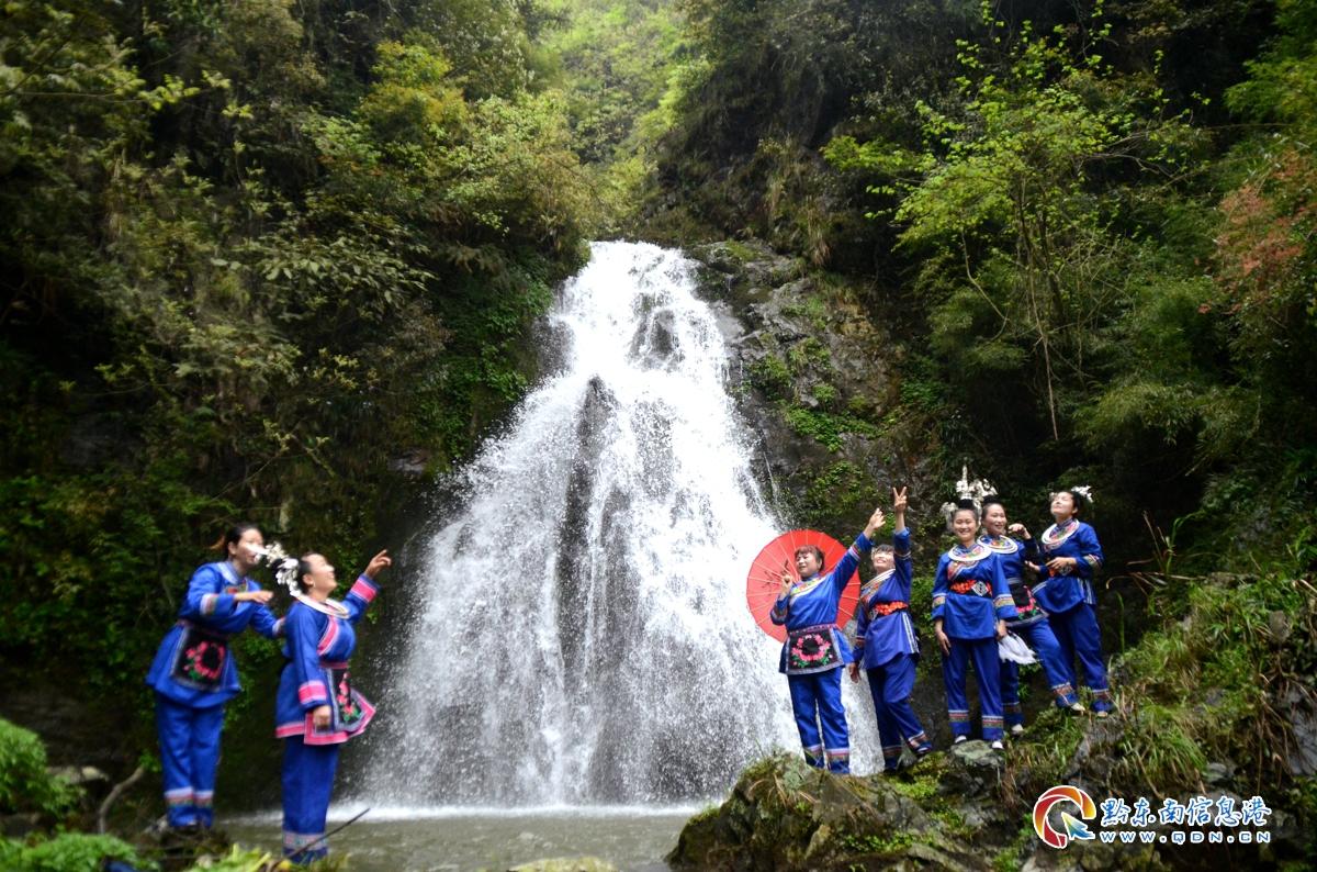 游客在瀑布前留影
