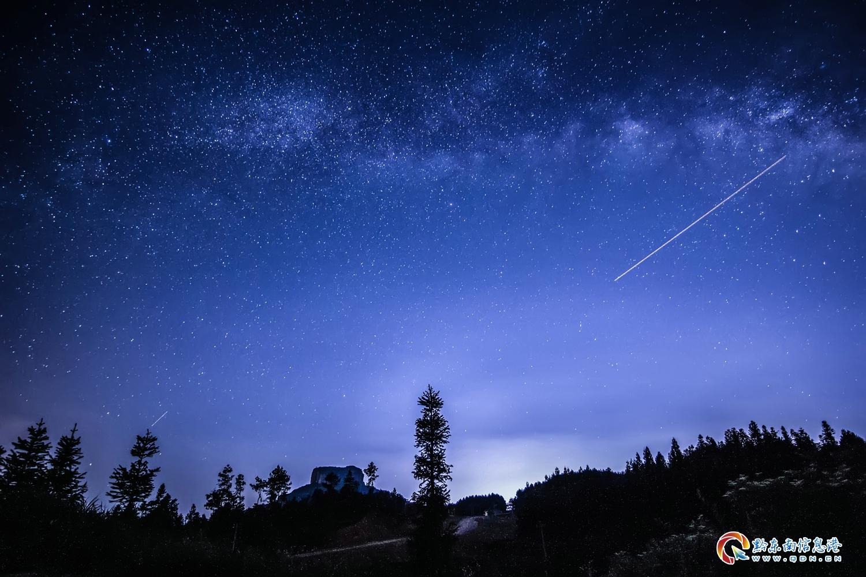 3、银河下的香炉山,飞机留下的痕迹宛如流星划过