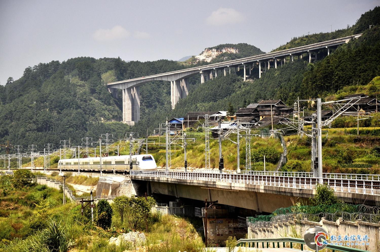 9月8月,贵广高铁一列和谐号动车穿越贵州省从江县洛香镇一个乡村侗寨。