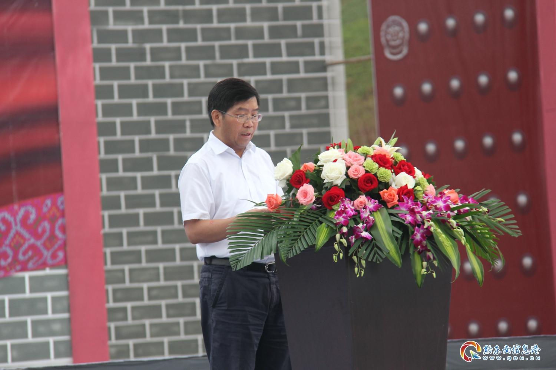 黔东南苗族侗族自治州人民政府州长冯仕文先生作全州旅游推介讲话