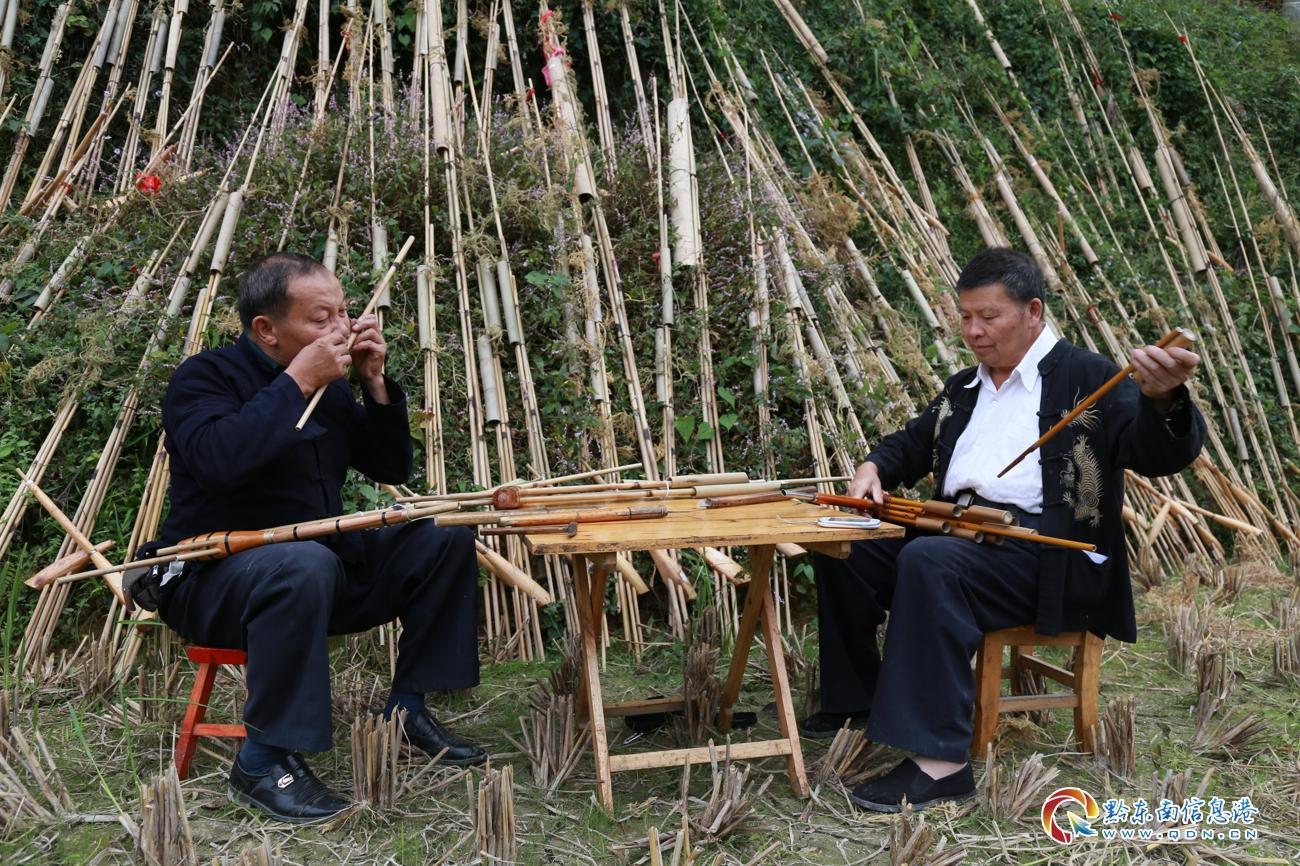 10月10日,贵州雷山国家级芦笙非遗传人莫厌学和他的弟弟莫里学在检修芦笙和校音。李雪摄