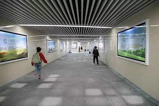 """未来凯里市将进一步深化""""划行归市""""战略 据了解,2014年左右,凯里市根据城市建设发展的需要推出了划行归市的战略,并率先在汽车维修、销售、建材、装修以及医药等行业(产业)中实施,取得了一定的成效,涌现出了民族风情园医药一条街、新峰家居广场、经纬国际汽车城等一批专业化市场。"""