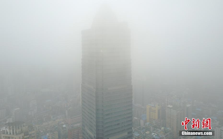 航拍贵州贵阳市大雾 高楼大厦若隐若现
