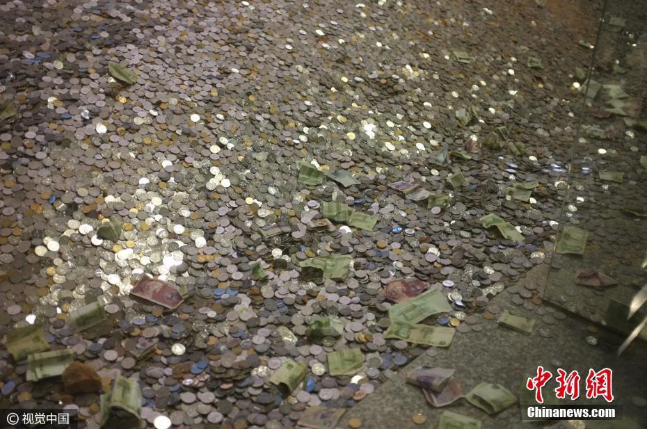 雷峰塔遗址被数万现金覆盖