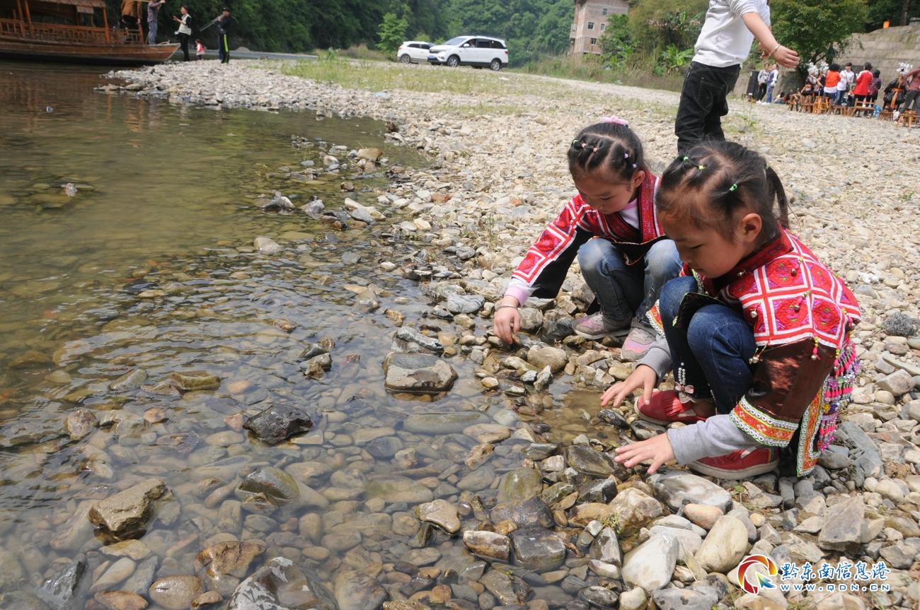 小河边玩耍的苗家小女孩(刘开彬 摄)