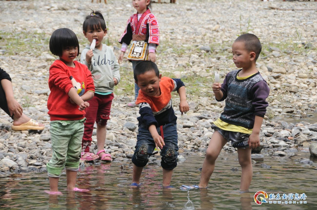 小游客在小河中欢乐完耍(刘开彬 摄)